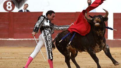 El diestro Enrique Ponce da un pase con la muleta al primero de su lote, durante la segunda corrida de la Feria de San Juan y San Pedro celebrada el pasado domingo en la plaza de toros de León.