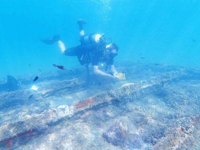 Uno de los arqueólogos examina la semana pasada la caja de hierro que protege al pecio fenicio frente a la costa de Murcia.