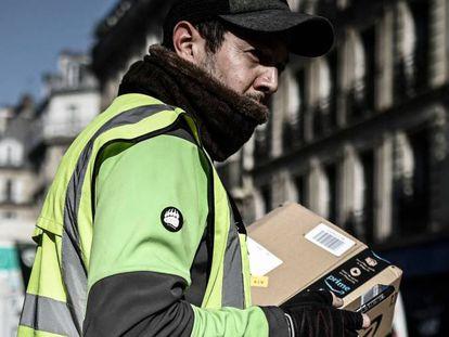 Repartidor de Amazon, en París, en marzo de 2020.