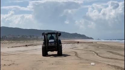 La localidad gaditana de Zahara de los Atunes decidió este pasado sábado desinfectar con agua y lejía sus playas por la crisis del coronavirus
