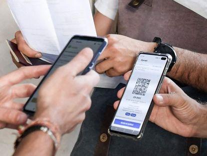 Un espectador muestra su certificado vacunal para poder acceder a un cine en París