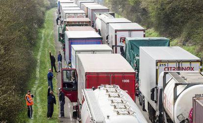 Camiones en Spontin (Bélgica), en la autopista de Bruselas a Luxemburgo.