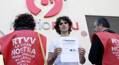Un trabajador de Ràdio 9 muestra el correo electrónico con su despido.