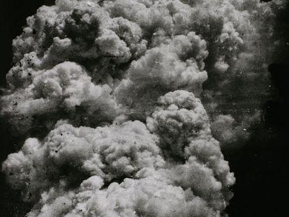 'The Mushroom Cloud - Less than twenty minutes after the explosion (1)' (El hongo nuclear - Menos de 20 minutos después de la explosión, 1945) Cortesía del Museo Metropolitano de Fotografía de Tokyo, Japón.