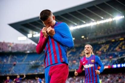 Piqué se besa el escudo del Barcelona tras su gol a la Real.