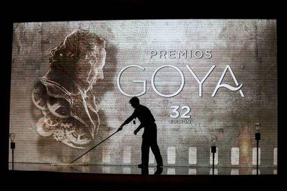 Un trabajador limpia el escenario a pocas horas de iniciarse la pasada gala de los Goya, en Madrid.