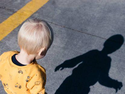 Un niño pasea por la calle.