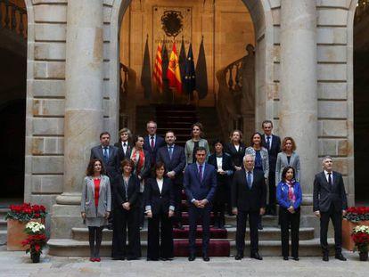 El presidente, Pedro Sánchez, posa junto a los ministros antes la reunión semanal del Ejecutivo, en Barcelona. En vídeo, el Gobierno aprueba medidas simbólicas para Cataluña con el objetivo de favorecer el diálogo.