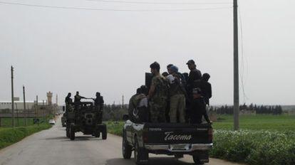 Un grupo de rebeldes armados viajan por el norte de la provincia de Idlib.