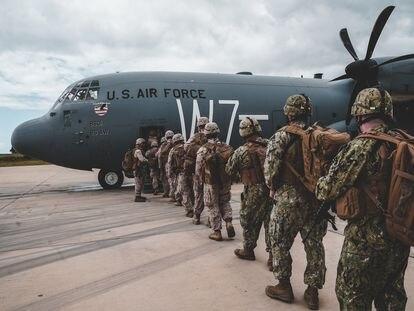 Soldados estadounidenses embarcan en un avión en la base naval de Rota (Cádiz) con destino a Tombuctú (Malí), el 16 de abril.