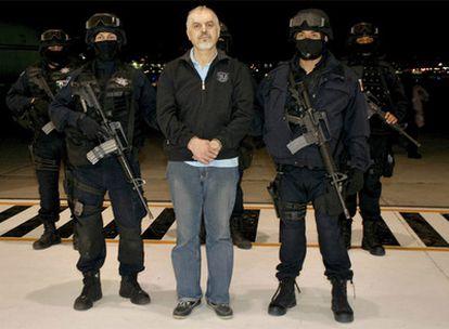 Eduardo Arellano Felix, en una base de ciudad de México, custodiado por dos policías.