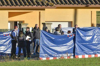 Agentes de la policía científica y la comitiva judicial en el domicilio del crimen.