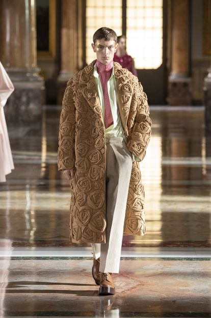 Uno de los modelos masculinos incluidos en la colección de Alta Costura de Valentino para la primavera de 2021.