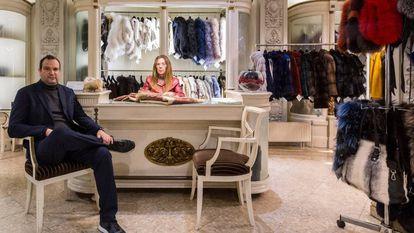 Marc Espar, propietario de La Siberia, posa en el interior de la tienda con Carme, una de les trabajadoras.