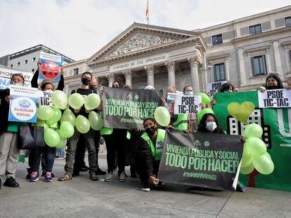 Protesta durante la presentación de la 'Ley de garantía del derecho a la vivienda digna y adecuada', en la Plaza de las Cortes, el 30 de septiembre de 2021, en Madrid.
