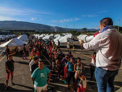 Migrantes venezolanos en el Puente Internacional de Tienditas, cerca de Cúcuta.
