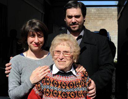 Rosa Roisinblit junto a sus nietos Mariana y Guillermo a la salida del juicio.