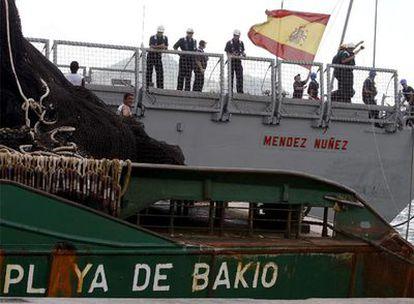 El atunero <i>Playa de Bakio</i>, a su llegada al puerto de Victoria, capital de la República de Seychelles, escoltado por la fragata <i>Méndez Núñez</i>.