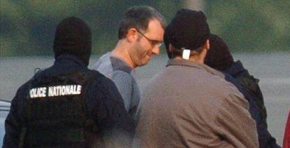 Policías franceses conducen al Mikel Albizu, 'Mikel Antza', tras su detención en octubre de 2004.