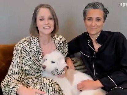 Jodie Foster y su mujer Alexandra Hedison, durante los Globos de Oro de 2021.