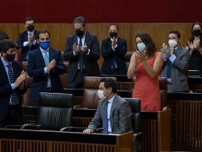El presidente de la Junta de Andalucía, Juanma Moreno (en el centro de la imagen, sentado), tras su comparecencia en el Parlamento de Andalucía para informar sobre la situación general de la comunidad autónoma.
