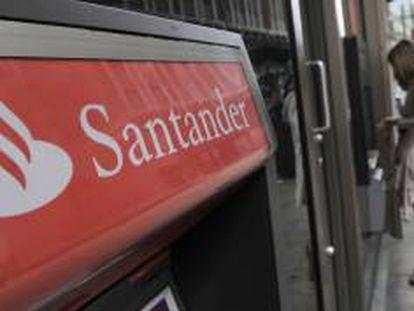 Imagen del cajero automático de una sucursal del Banco Santander en Londres, Reino Unido. EFE/Archivo