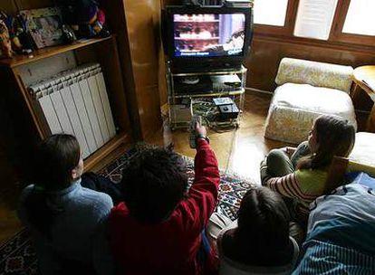La televisión y los videojuegos se han convertido en los 'cuidadores' de muchos niños españoles.