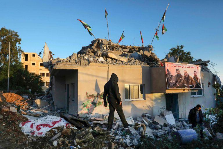 Palestinos en los restos de la casa de Qassam Barghouti, demolida por las fuerzas israelíes en Cisjordania.