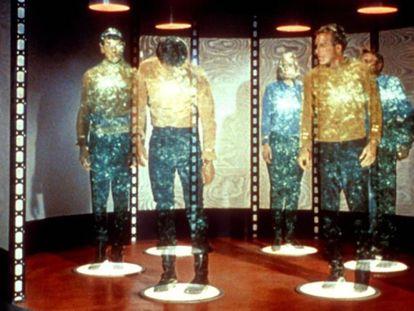 Tripulación de la nave estelar 'Enterprise', de la serie de televisión 'Star Trek', en el teletrasportador que utilizaban en la ficción.
