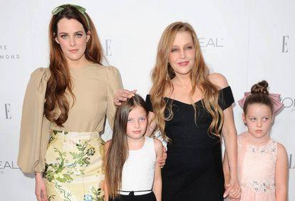 Lisa Marie Presley, de negro, con sus tres hijas en 2017.