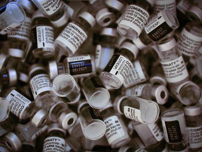Viales de la vacuna de Pfizer-BioNTech en París este sábado.