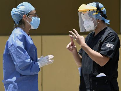 Personal sanitario en el exterior del Hospital General de Ciudad de México.