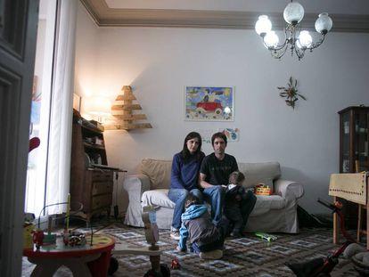 Mery y Gotzon, con sus dos hijos, en el salón de su piso.