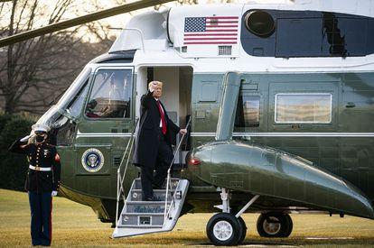 Trump se sube este miércoles al helicóptero en el que abandonó la Casa Blanca antes de la toma de posesión de Biden.