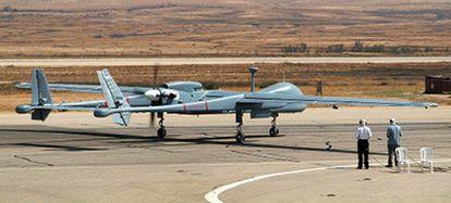 Dos especialistas dirigen por control remoto el despegue del avión no tripulado Heron TT fabricado en Israel.