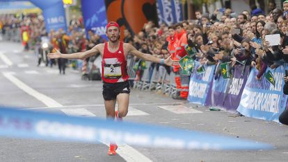 El atleta Carles Castillejo cruza la meta en San Sebastián