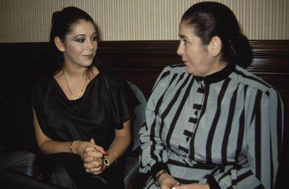 La cantante Isabel Pantoja con su madre Ana Martín en enero de 1980.