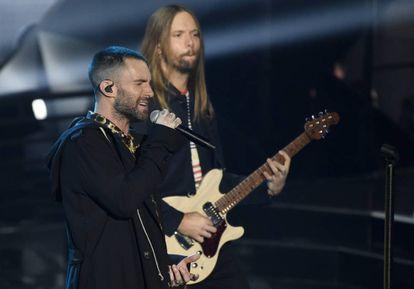 Los integrantes de Maroon 5 Adam Levine y James Valentine, durante un concierto en marzo de 2018.