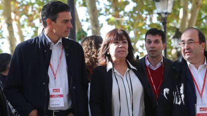 El secretario general del PSOE, Pedro Sánchez, y la presidenta, Cristina Narbona, junto a Miquel Iceta, camino a la reunión del Comité Federal del partido.