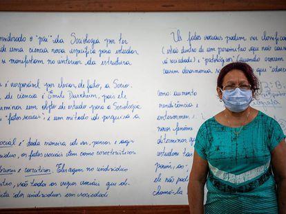 Las mujeres están en primera línea de la batalla contra la covid-19. En la imagen, una maestra brasileña durante la pandemia.