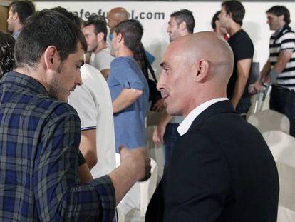 El exresidente de la AFE, Luis Rubiales (d), conversa con Iker Casillas durante el acto en el que se anunció la convocatoria de un huelga para las dos primeras jornadas de la liga 2011-2012.