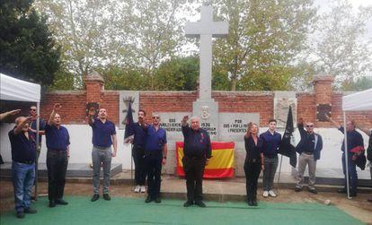 Acto de homenaje a Ramiro Ledesma en el cementerio de Aravaca.