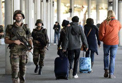 Soldados franceses patrullan el aeropuerto de Merignac, en Burdeos.