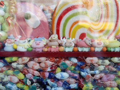 Escaparate de la tienda Caramelos Paco, con chucherías, golosinas y gominolas, en la calle de Toledo, 55, de Madrid