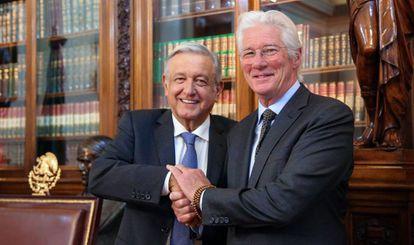 El presidente mexicano López Obrador con el actor Richard Gere durante su encuentro este martes en el Palacio Nacional.