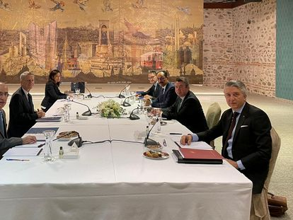 Representantes de Grecia y Turquía en una reunión para tratar las disputas marítimas entre ambos países, este lunes en Estambul.