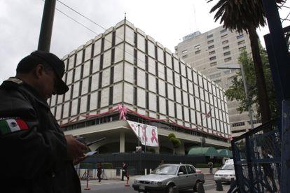Un policía delante de la Embajada de Estados Unidos en Ciudad de México, donde trabajaba Brian Jeffrey Raymond.
