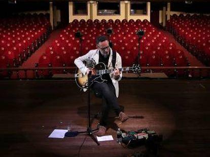 Jorge Drexler, durante su concierto online el pasado 10 de marzo en el Teatro Popular Melico Salazar de San José, Costa Rica, totalmente vacío.