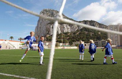 Un grupo de niños disputa un partido en el Victoria Stadium de Gibraltar.