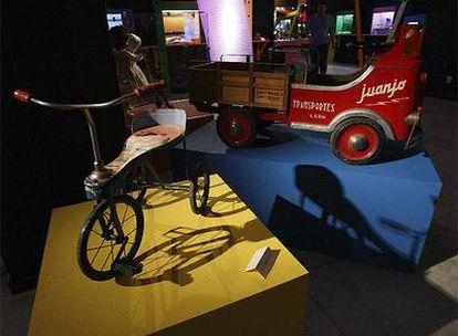 Un triciclo y un camión Pegaso a pedales de los años 50, en la exposición de juguetes inaugurada hoy en Vitoria.